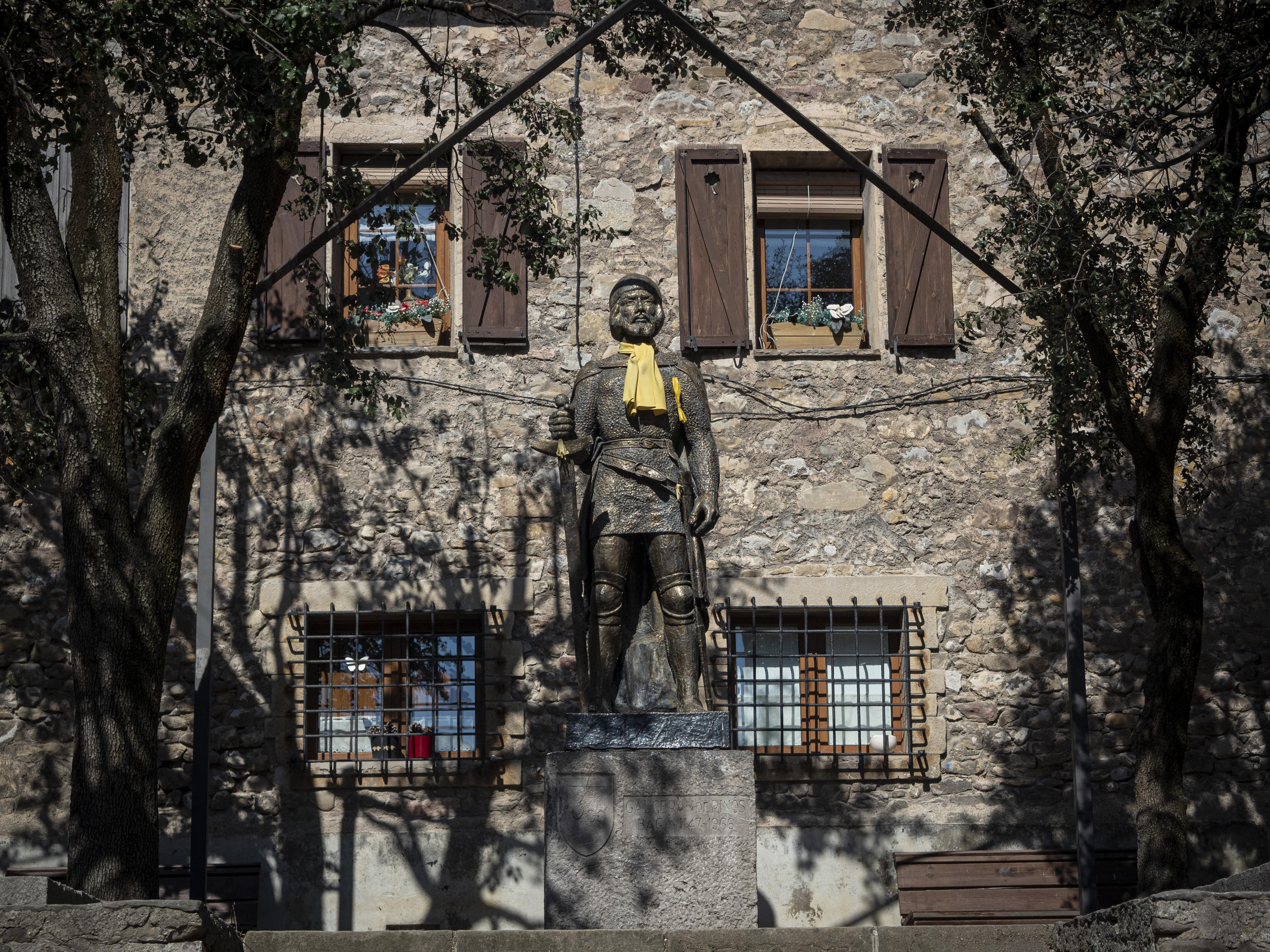 Una estàtua de Galceran de Pinós presideix la Plaça Porxada de Bagà. FOTO: Anna E. Puig