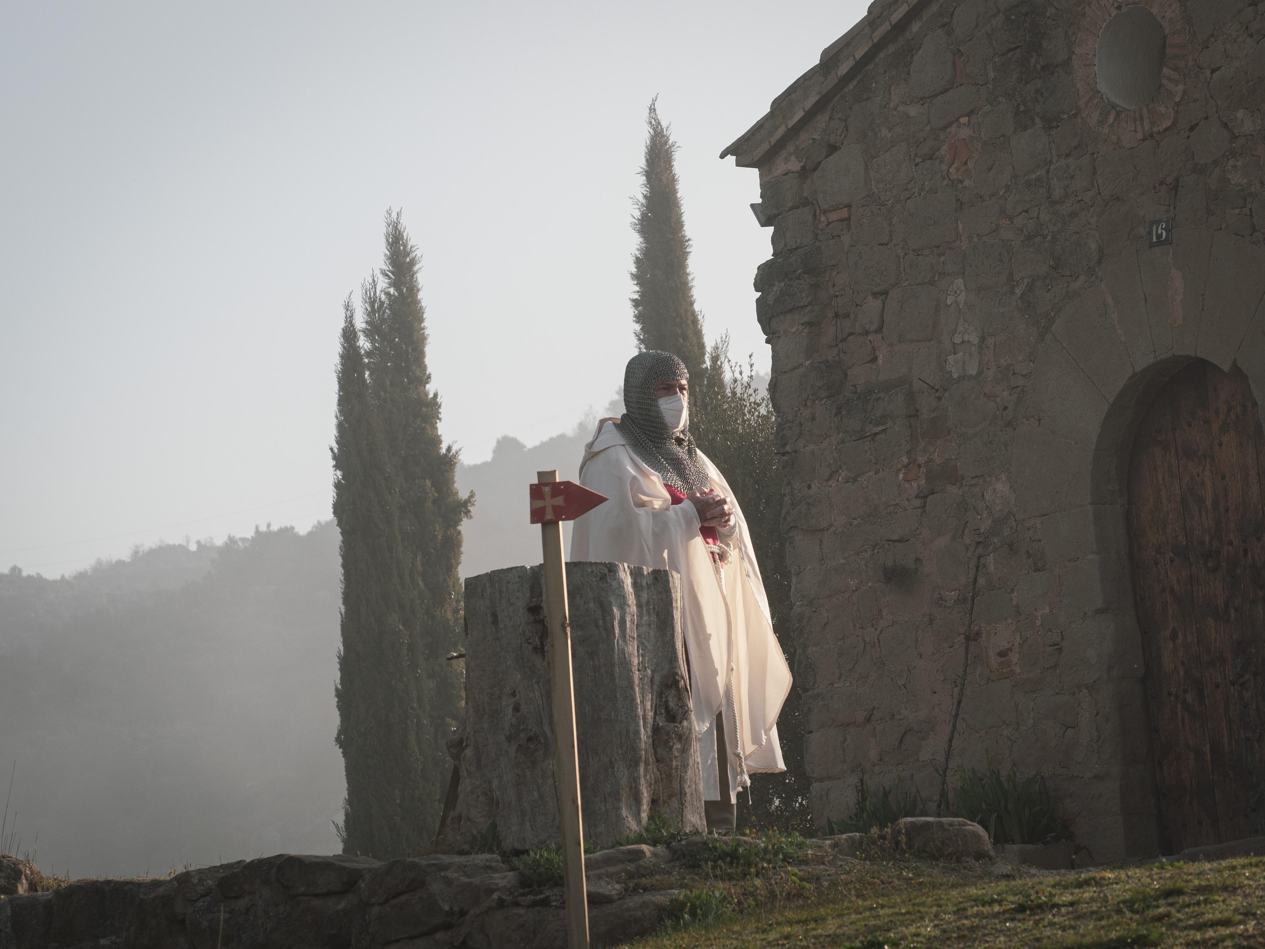 Un cavaller templer espera el pas dels participants de la Pugo Regis Trail a Casa Periques de Puig Reig. FOTO: Anna E. Puig