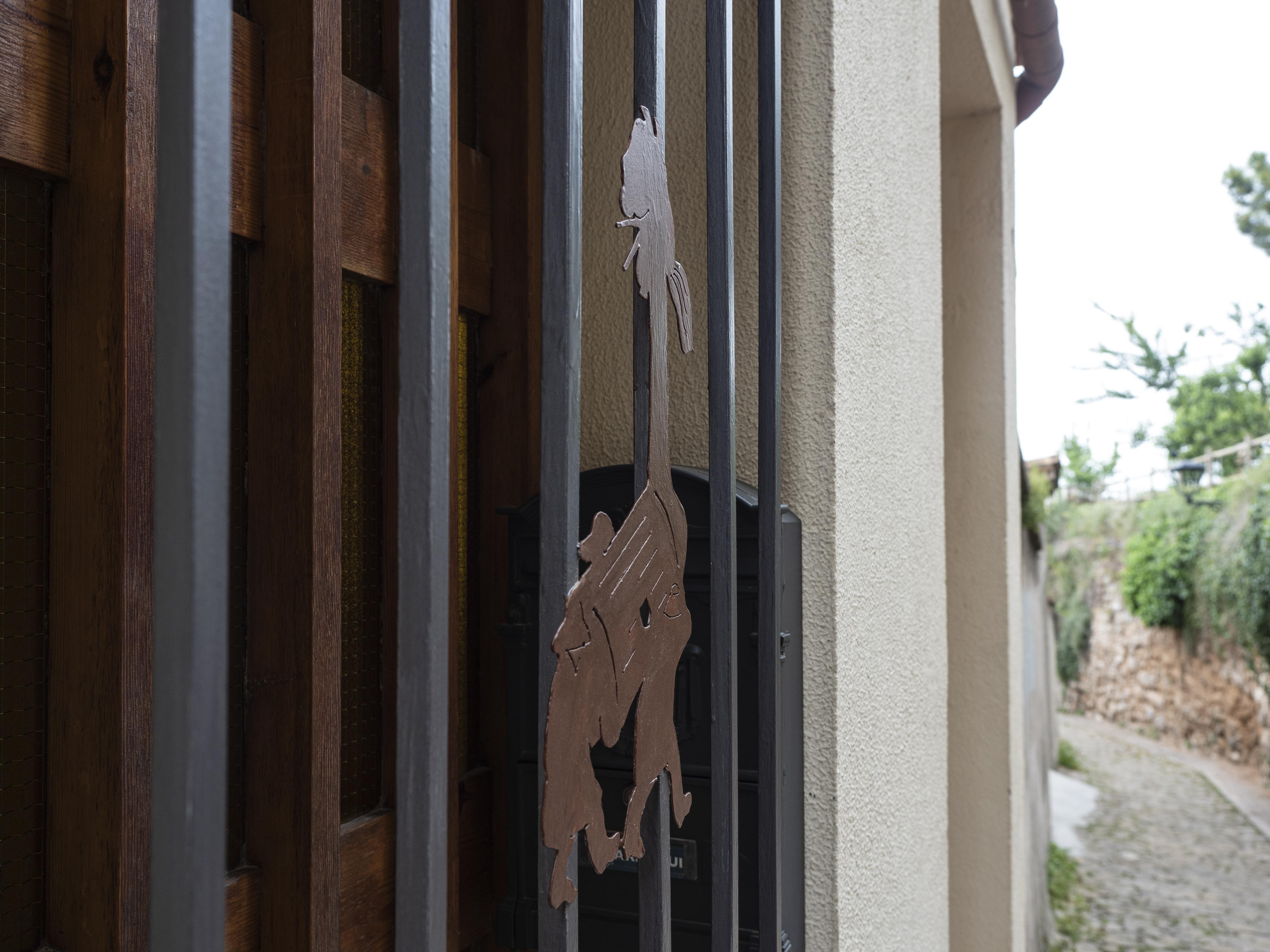 Detall d'una Guita Xica en una finestra d'un habitatge del casc antic. FOTO: Anna E. Puig