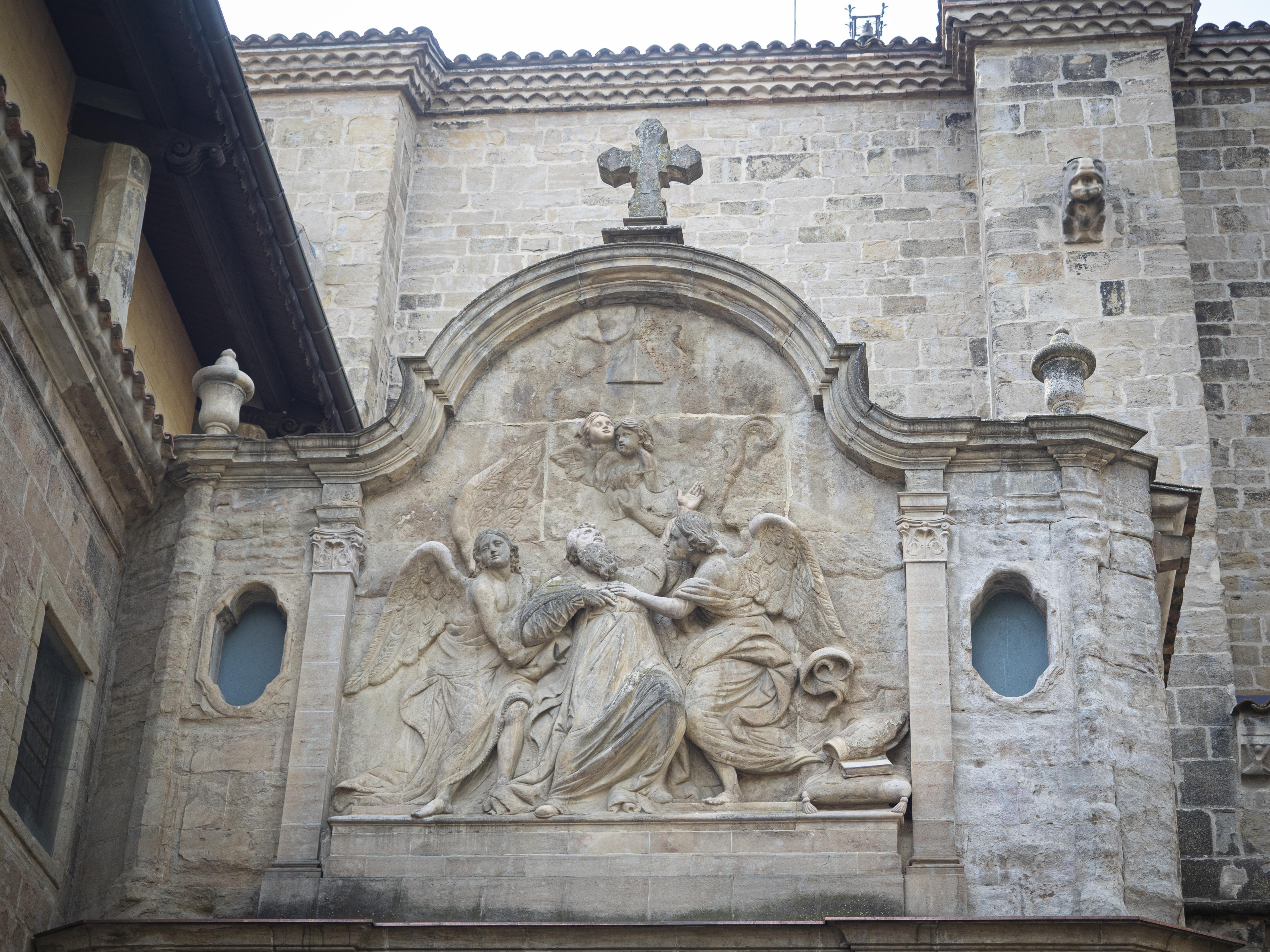 Detall d'una de les façanes de la catedral de Solsona, amb un relleu de Sant Agustí en èxtasi. FOTO: Anna E. Puig
