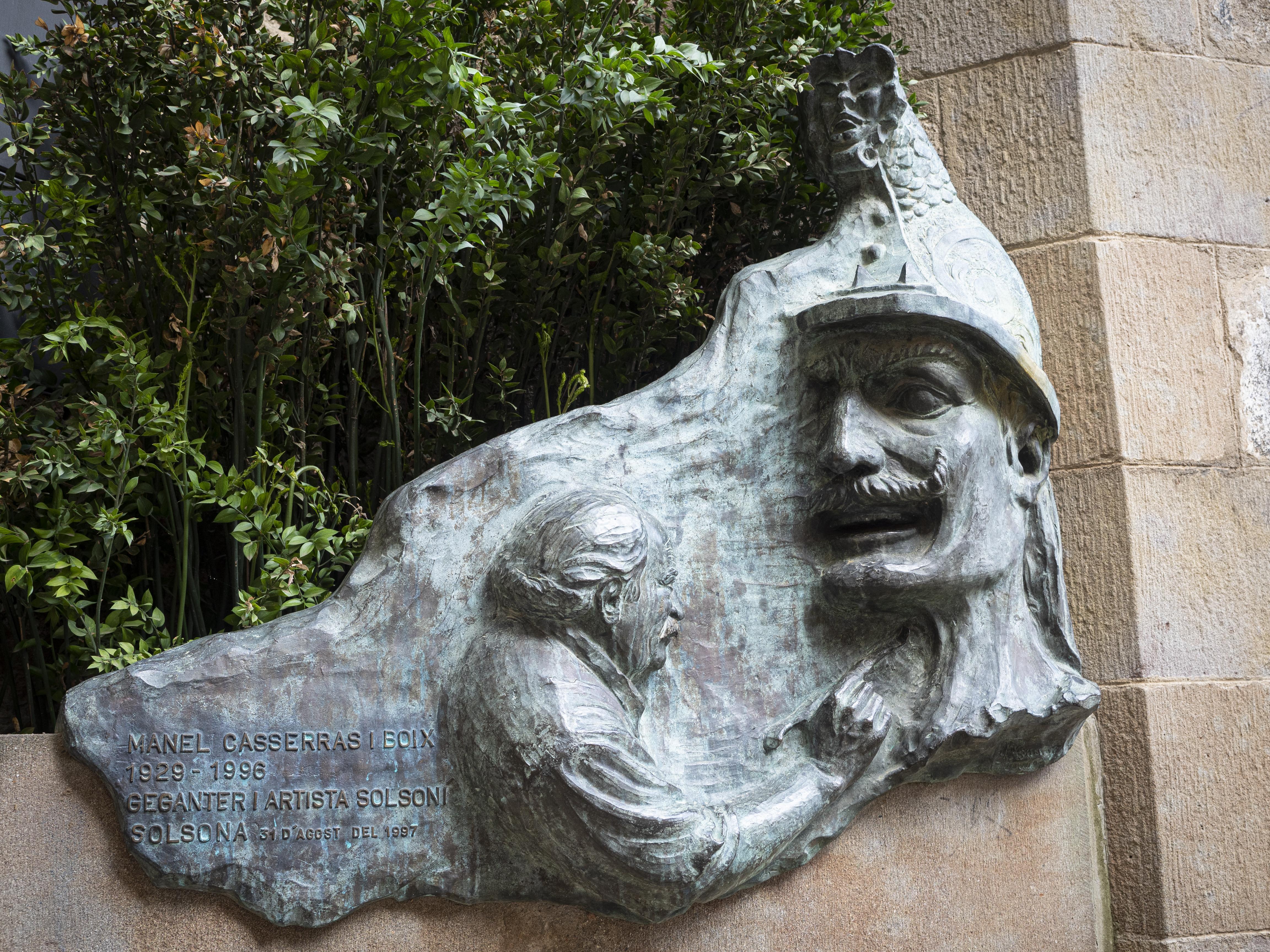 Placa en record a Manel Casserras i Boix, artista i geganter de la ciutat. FOTO: Anna E. Puig