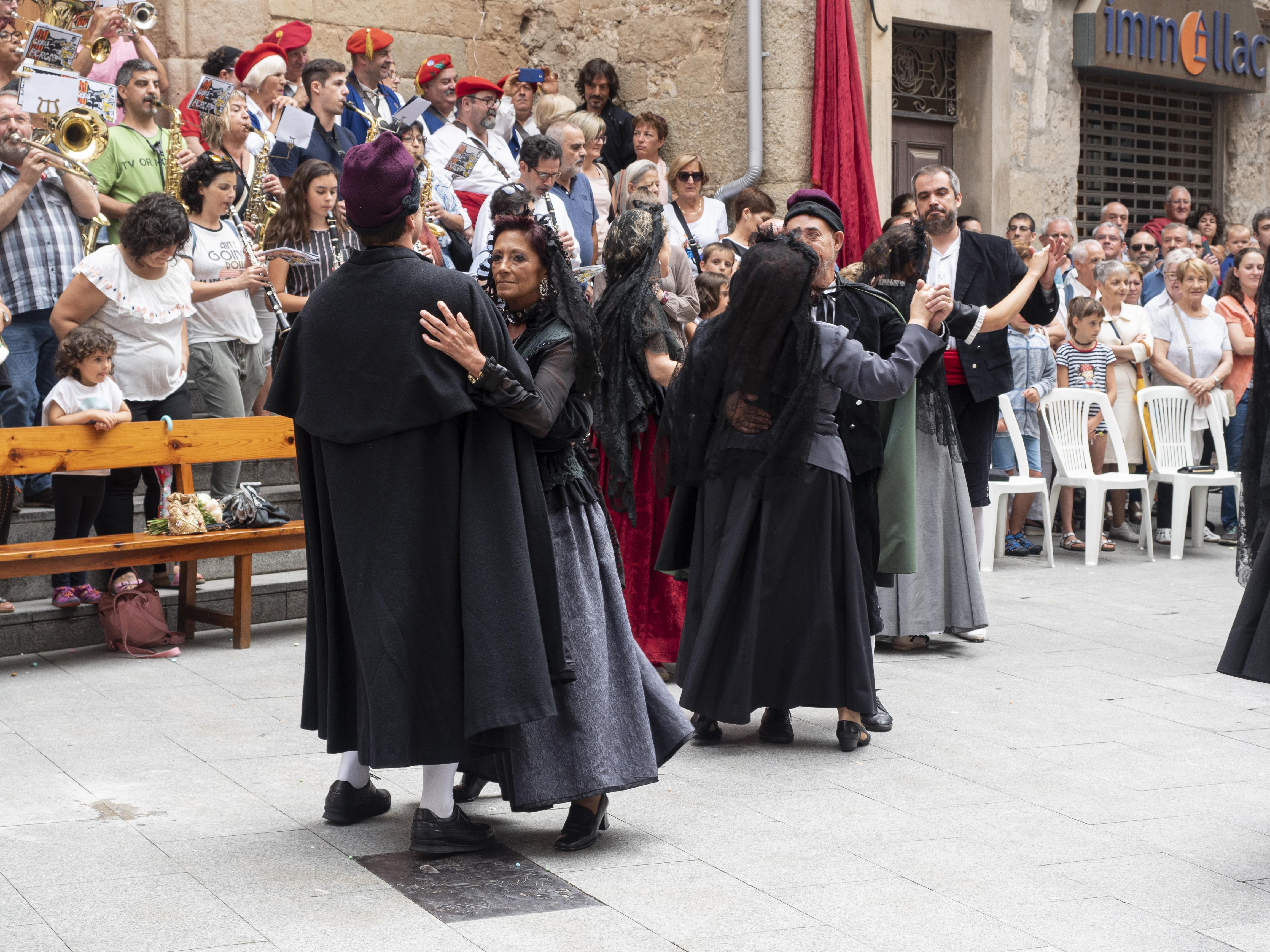 Després del Ballet de Déu, els nuvis i demés convidats a la boda arrenquen a ballar un vals. FOTO: Anna E. Puig