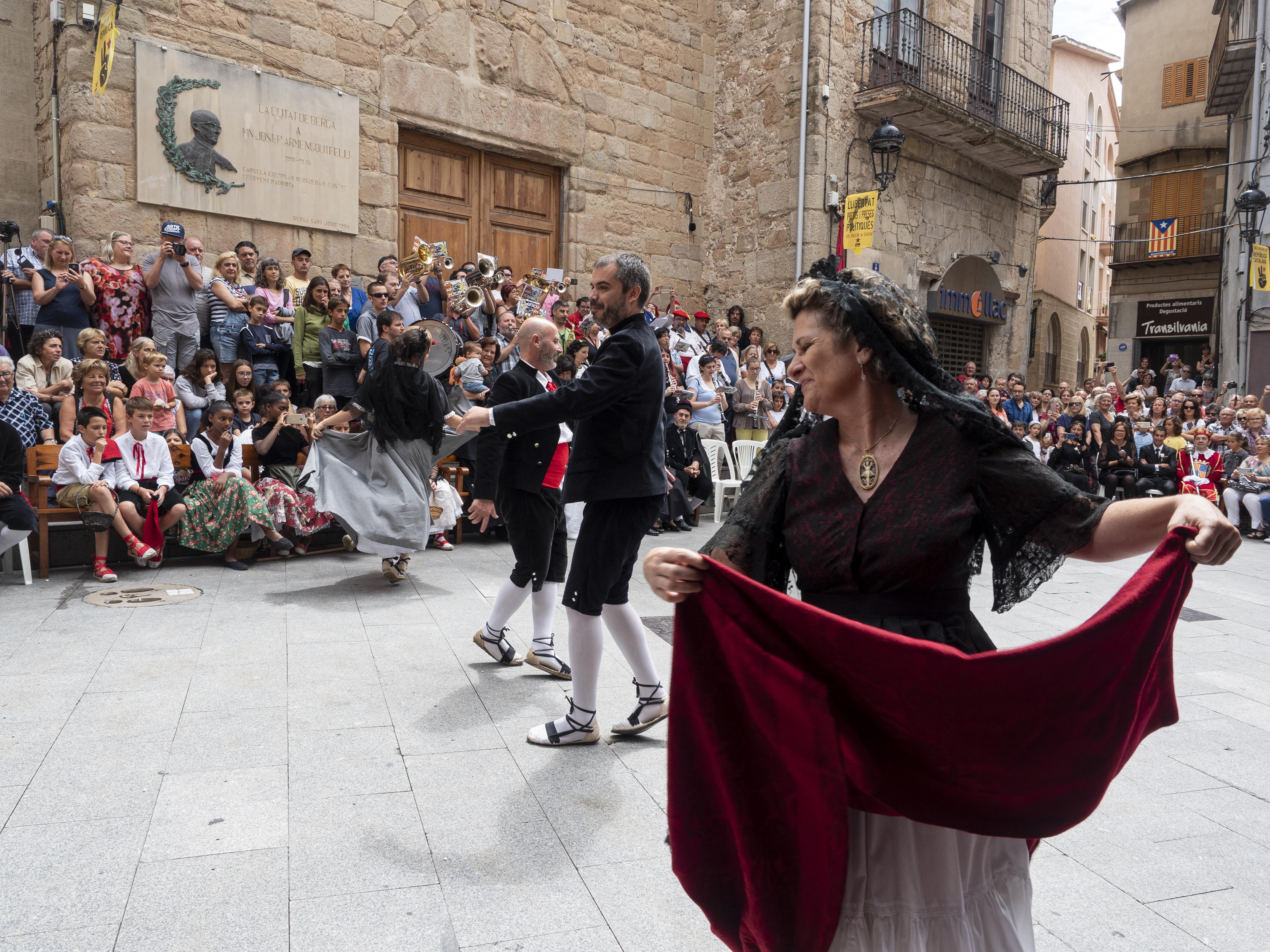 Dues parelles dansant el Ballet de Déu a la Plaça de Sant Joan. FOTO: Anna E. Puig