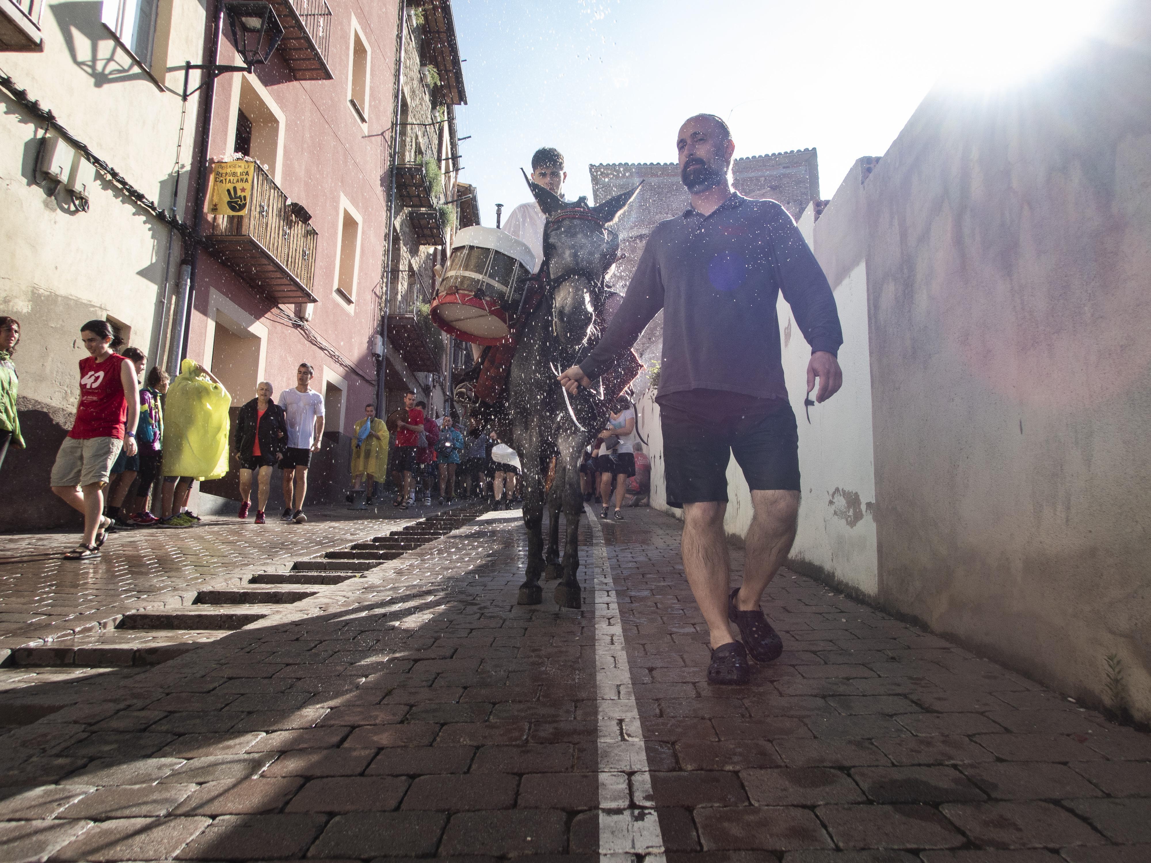 El tabaler baixant de la Plaça de Santa Magdalena. FOTO: Anna E. Puig