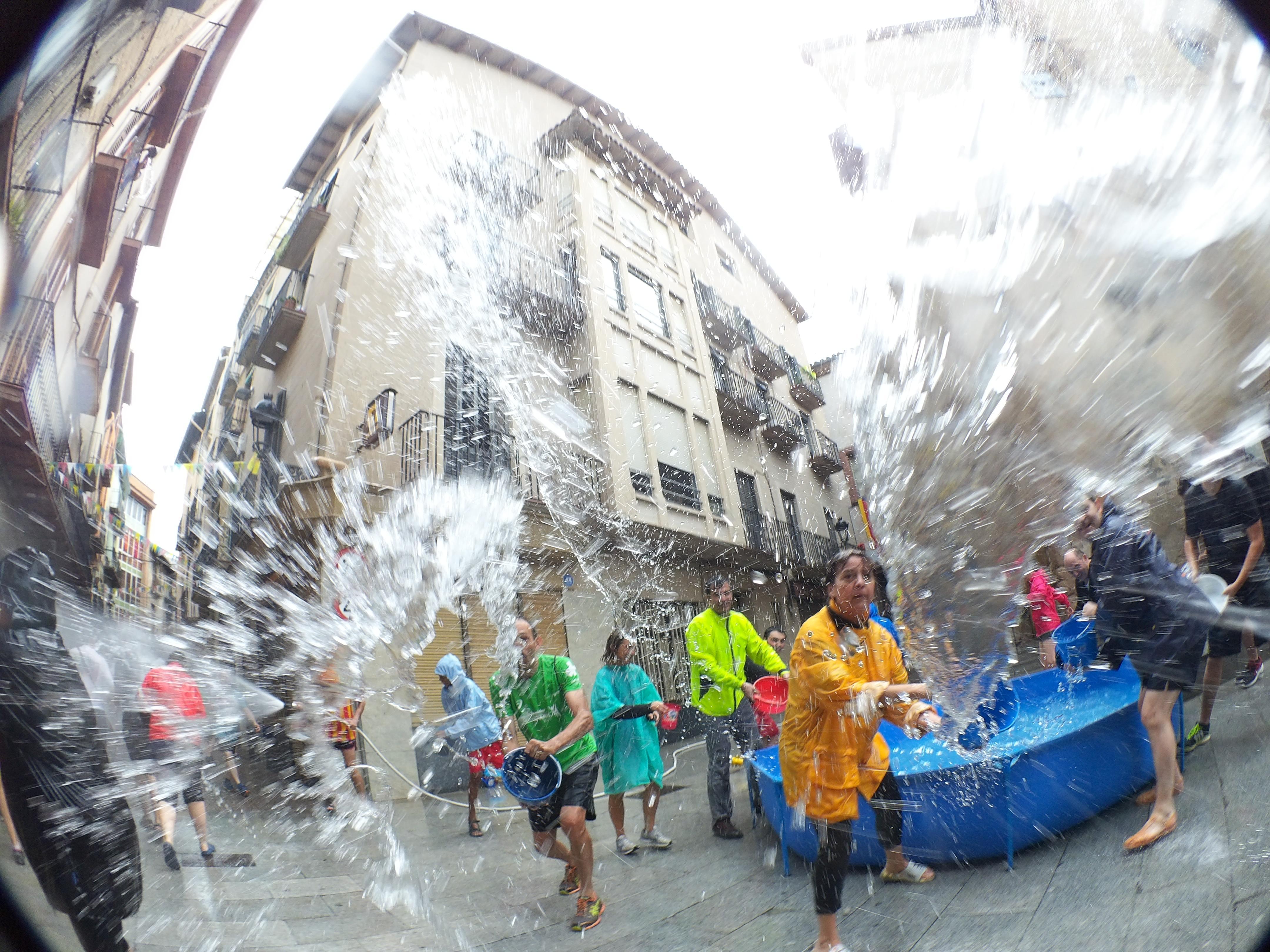 La Plaça de Sant Joan amb una piscina plena d'aigua preparada per remullar a tots els participants a la festa. FOTO: Anna E. Puig