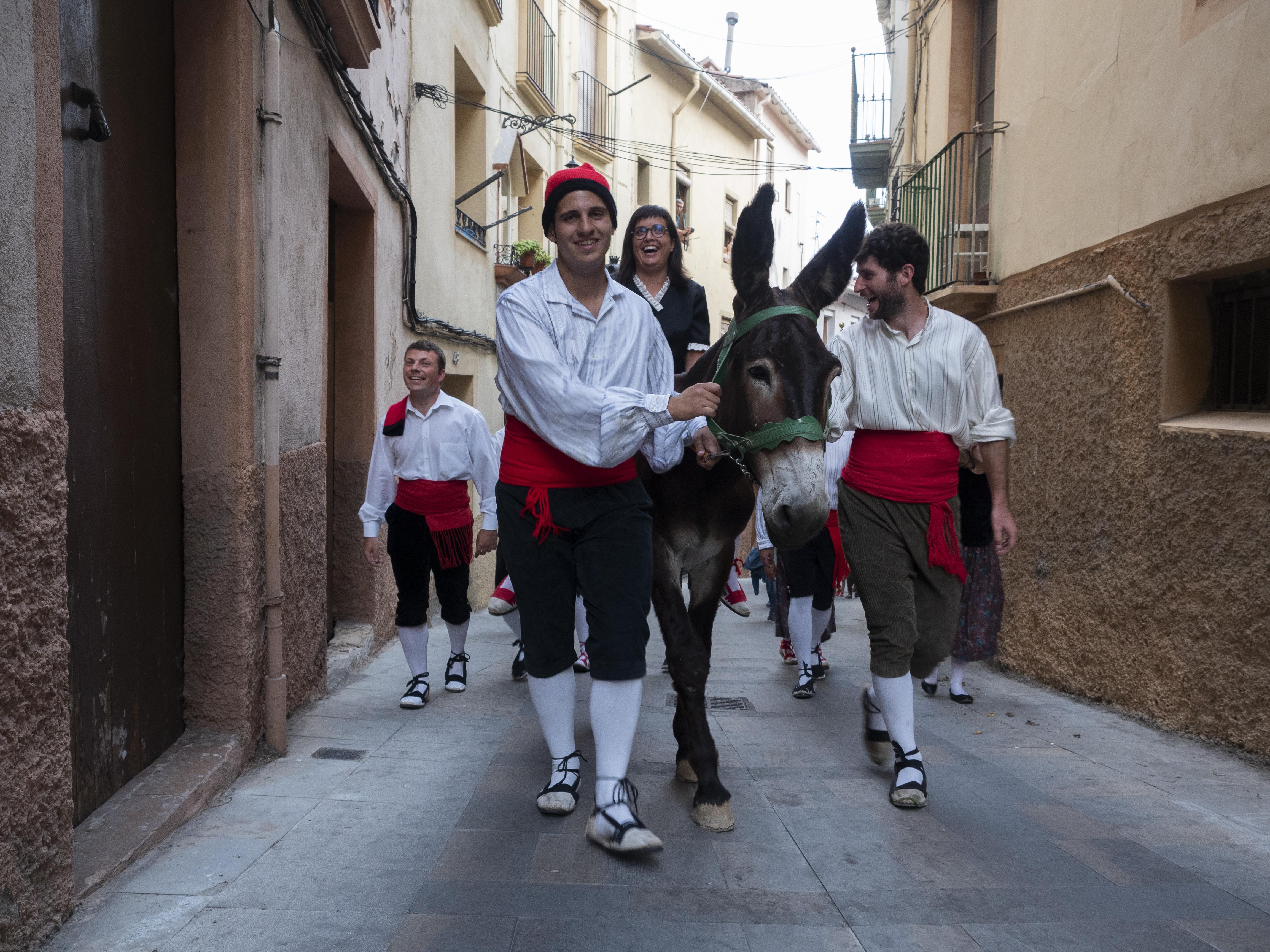 Un grup de joves participant al rapte de la núvia, Els Elois són, també teatre al carrer. FOTO: Anna E. Puig