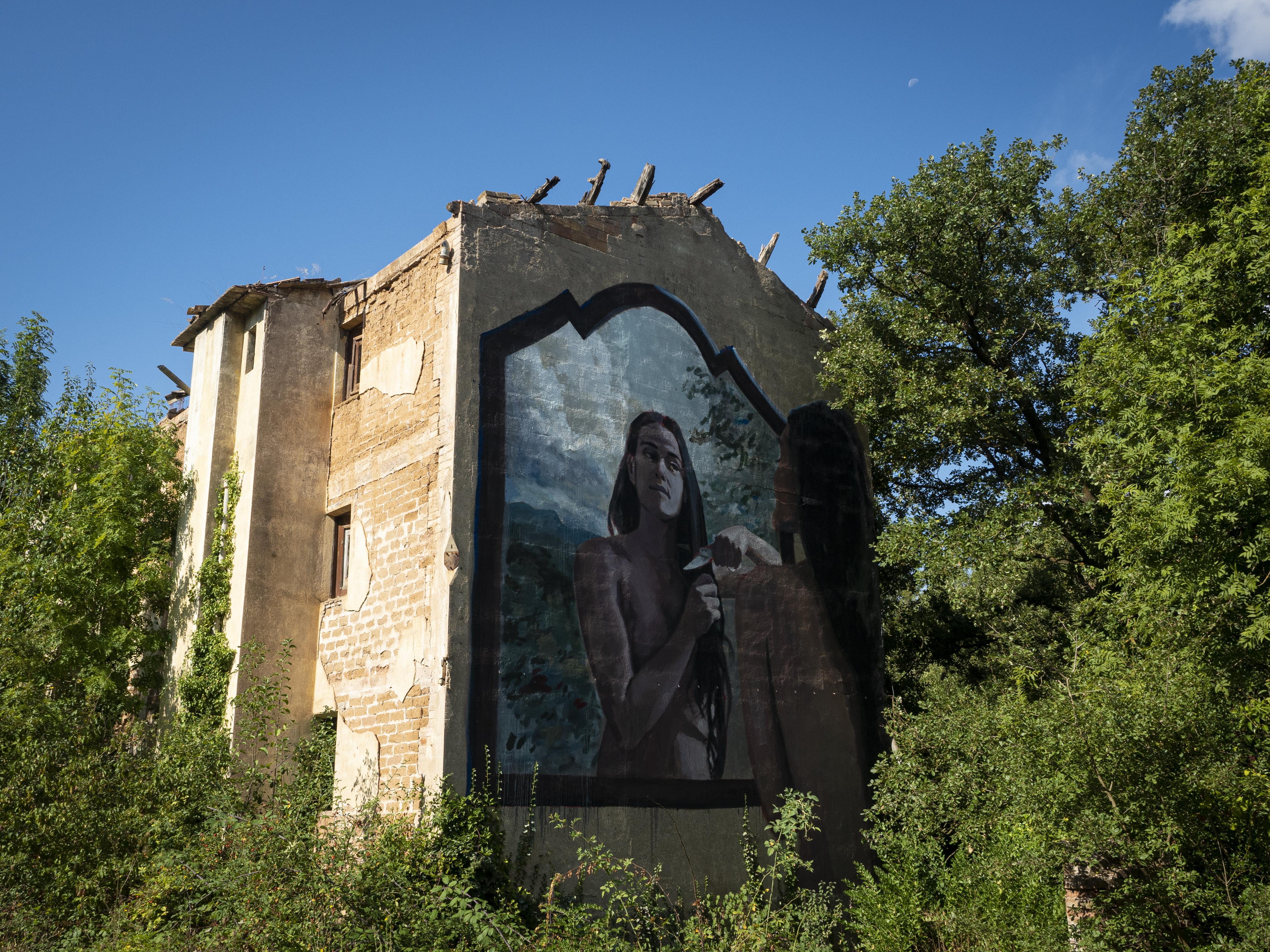Construcció amb mural a la Via Verda de Cal Rosal a Pedret. FOTO: Anna E. Puig
