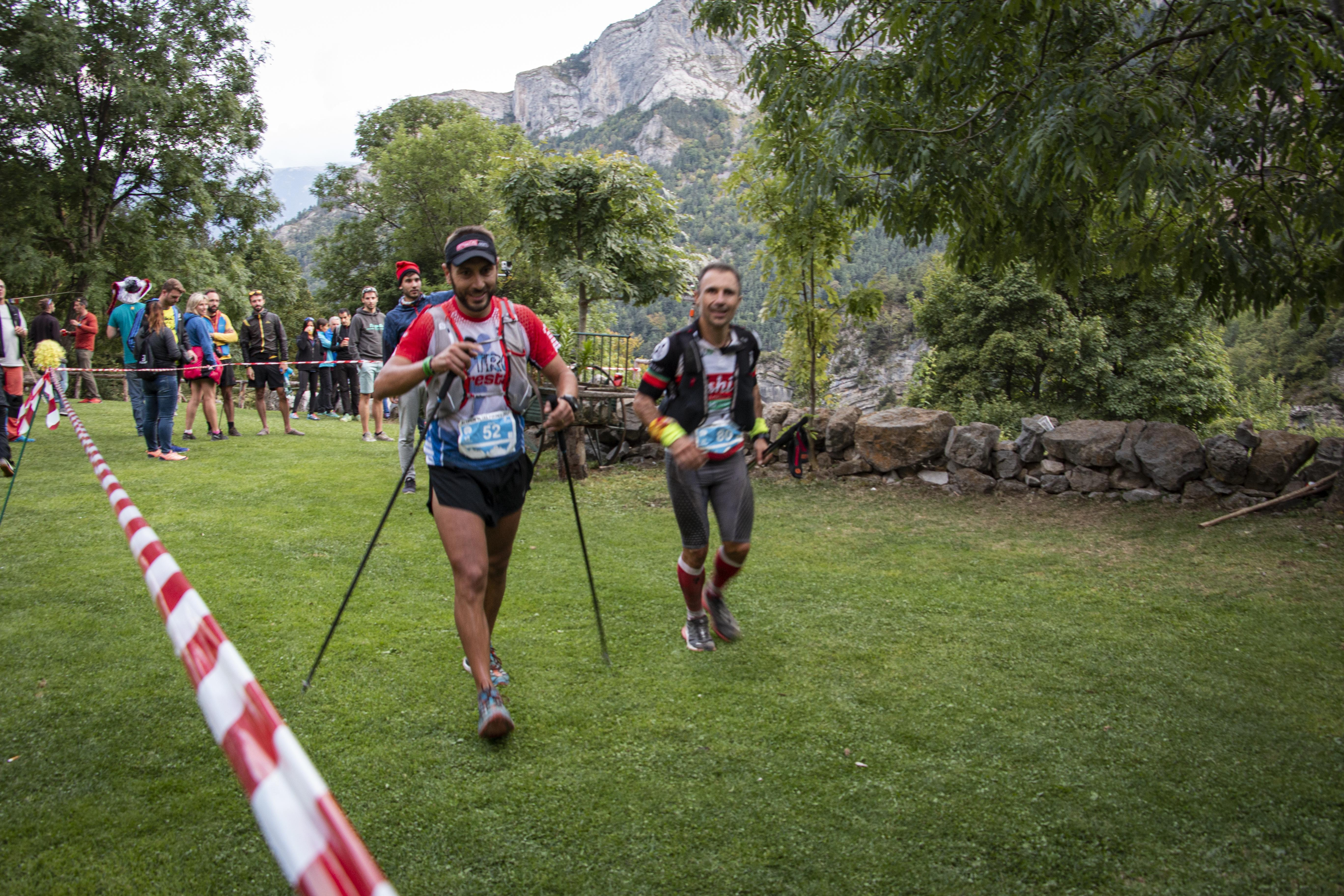 Corredors de l'Ultra Pirineu al seu pas pel Refugi de Gresolet. FOTO: Anna E. Puig
